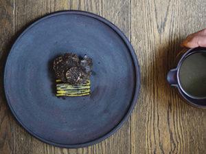 和牛ロースト、発酵キノコ、黒トリュフ、じゃがいものブイヨン