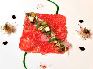 和牛のカルパッチョ、野菜のピクルス、ルッコラのソース