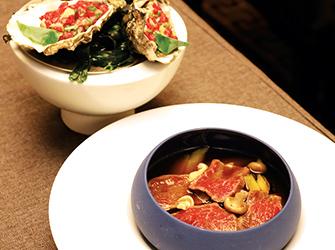 Wagyu en 2 préparations : - tartare aux huîtres Ronce N°2 en fine gelée de concombre. - bouillon de légumes au naturel, ail noir et raifort.