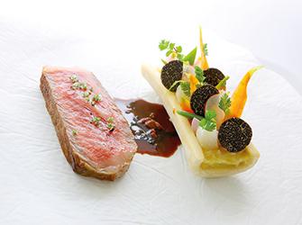 L'entrecôte de boeuf Wagyu en tranche épaisse, royale de moelle et compote d'échalotes, jardin de légumes d'hiver, réduction de Porto au foie gras et truffes.