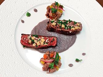 Pièce de boeuf Wagyu rôti « raifort et cardamome »,soubise d'oignon rouge, jus réduit.