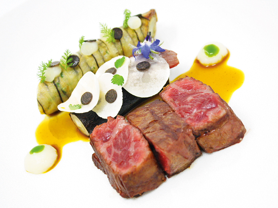 Wagyu with smoked Guérande fleur de sel and Mondolkiri pepper, salsify with black truffle