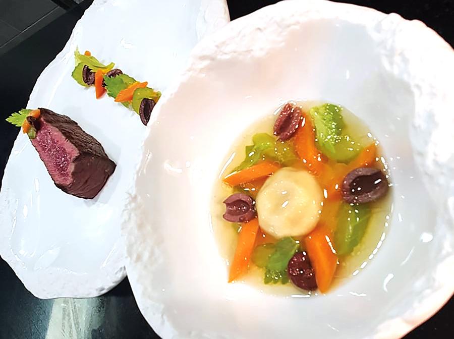 DANS L'ESPRIT D'UN BŒUF / CARROTS Pan-sautéed sirloin, chuck steak confit ravioli in a clear-broth Creamy carrots, Nyon olives and celery with the jus as a sauce